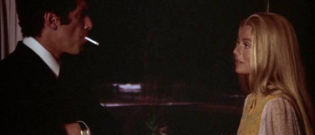 Elliott Gould und Nina van Pallandt stehen sich im Gespräch gegenüber