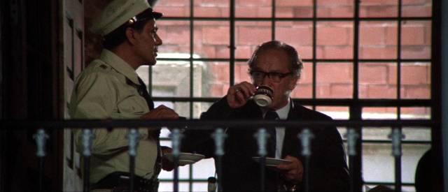 zwei mexikanische Informationsträger trinken aus Porzellantassen