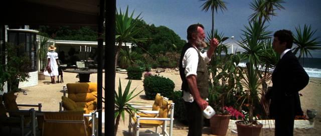 Sterling Hayden und Elliott Gould stehen sich auf der Veranda der Strandvilla gegenüber, Copyright: MGM