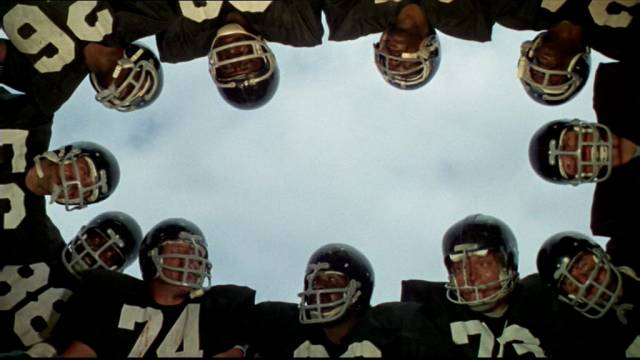 Crewe mit seinen Spielern im Huddel, Copyright: Paramount