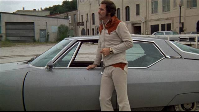 Burt Reynolds neben dem Citroen SM, den er kurz darauf im Wasser versenkt