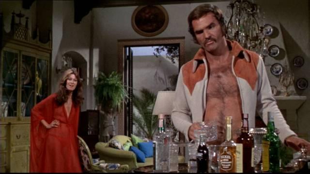 Burt Reynolds als gescheiterter Footballprofi an der Minibar im offenen Hemd, Copyright: Paramount