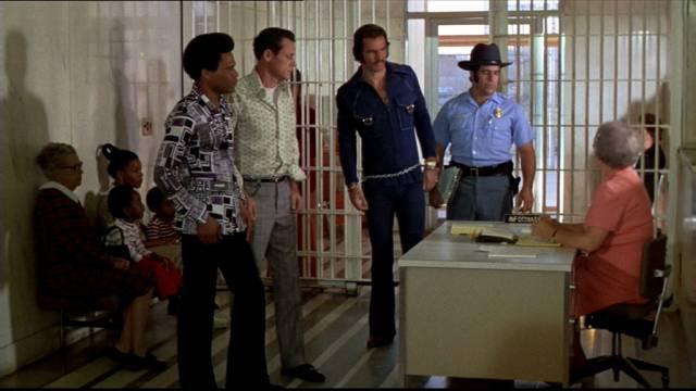 Burt Reynolds als Häftling Paul Crewe bei der Gefängnisregistratur, Copyright: Paramount