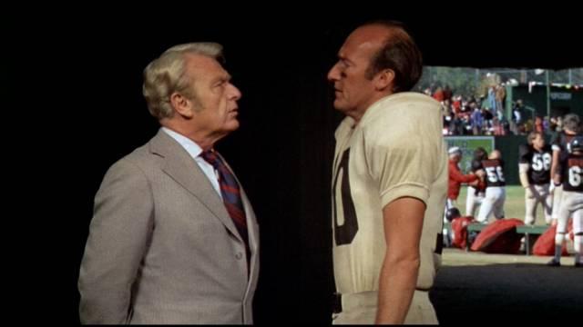 Eddie Albert als Gefängnisdirektor Hazen und Ed Lauter als dessen Oberaufseher und Quarterback, Copyright: Paramount