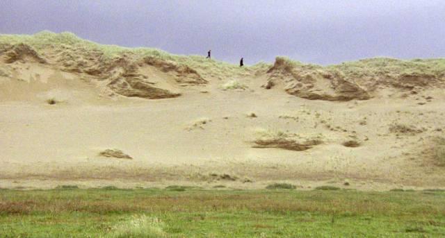 Crossley und Fielding wandern über die Dünen der südenglischen Küste
