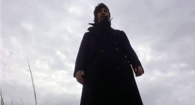 Alan Bates als Crossley kurz vor der Demonstration des mutmaßlichen Todesschreis