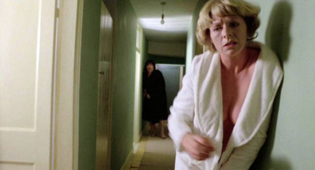 Alan Bates und Susannah York stürzen desolat durch den Hausflur