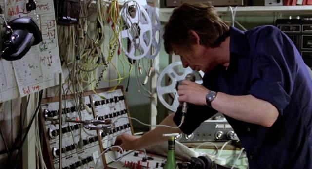John Hurt als Komponist und Tontechniker Anthony Fielding in seinem Sound-Atelier