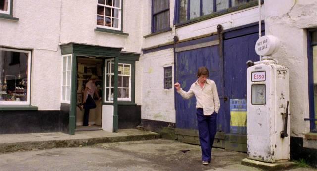 Susannah York und John Hurt als Ehepaar am Hauseingang