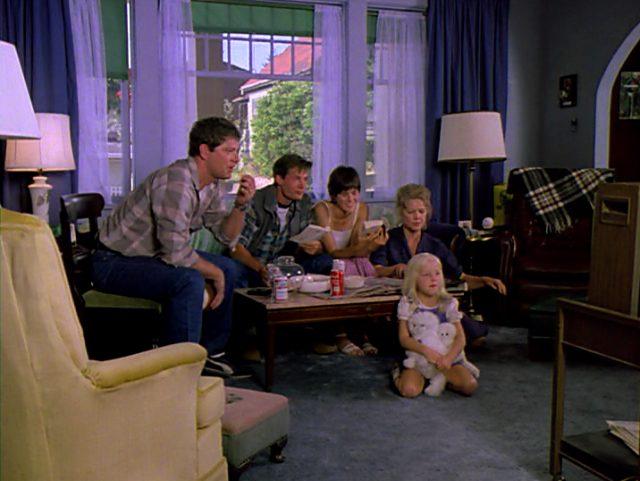 die MacKenzie-Familie, ohne Harry, im Wohnzimmer vor dem Fernseher
