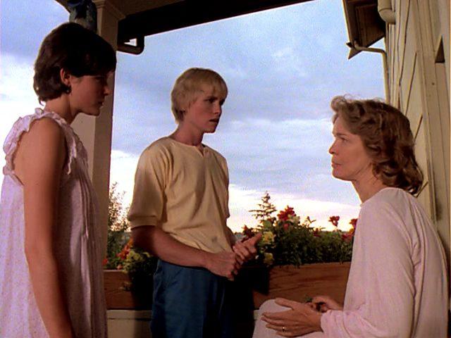 die beiden Töchter (Ally Sheedy und Amy Madigan) auf dem Balkon des MacKenzie-Hauses mit ihrer Mutter Kate (Ellen Burstyn)