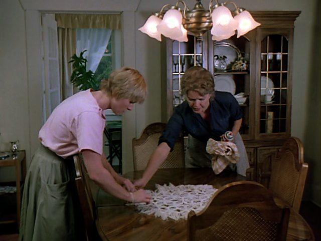 Sunny (Amy Madigan) und Mutter Kate (Ellen Burstyn) reinigen den Esstisch