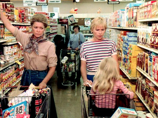 Kate (Ellen Burstyn) und Sunny (Amy Madigan) schieben Einkaufswagen durch die Regalzeile eines Supermarktes