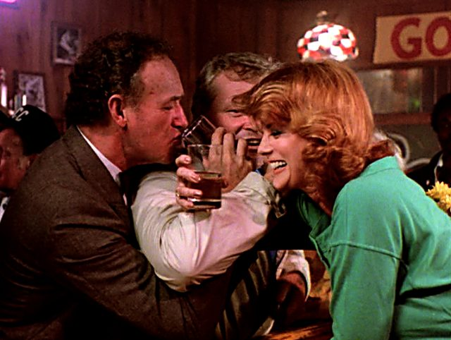 Harry (Gene Hackman) mit Nick (Brian Dennehy) und Audrey (Ann-Margret) in der Bar, Copyright: The Yorkin Company