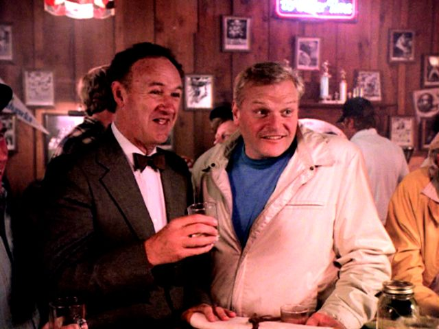 Harry (Gene Hackman) und Nick (Brian Dennehy) stehen an der Bar im Pub, Copyright: The Yorkin Company