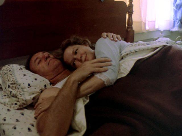Harry (Gene Hackman) und Kate MacKenzie (Ellen Burstyn) liegen in ihrem Ehebett, Copyright: The Yorkin Company