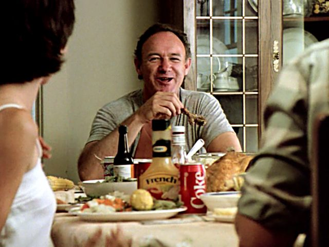 Harry (Gene Hackman) beim Essen am Tisch in seinem Haus