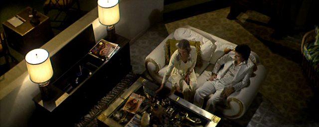 aus der Vogelperspektive werden Jenny (Bo Derek) und George (Dudley Moore) auf dem Sofa der mexikanischen Hotel-Suite gezeigt, Copyright: Orion Pictures