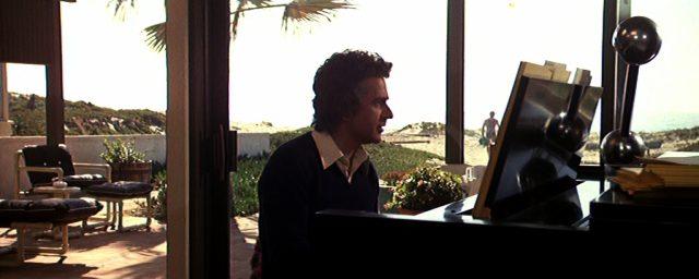 George Webber am Klavier in einem Strandhaus in Malibu, Copyright: Orion Pictures