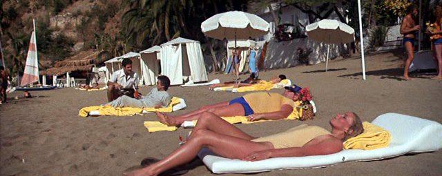 George (Dudley Moore) liegt an einem mexikanischen Strand in der Nähe von Jenny (Bo Derek)