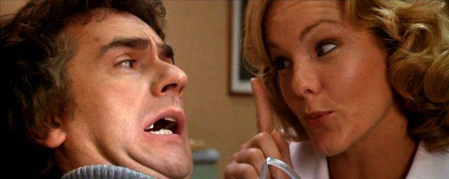 George (Dudley Moore) und die Zahnarzthelferin (Deborah Rush)