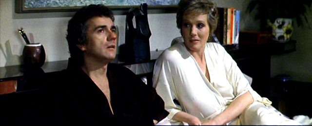 George Webber (Dudley Moore) sitzt mit seiner Lebensgefährtin Samantha Taylor (Julie Andrews) im Bett