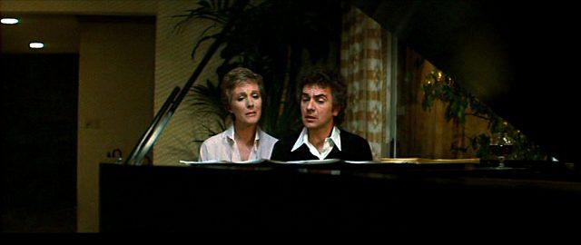 George (Dudley Moore) und Samantha (Julie Andrews) singen gemeinsam am Klavier