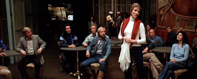 Samantha Taylor (Julie Andrews) bei einer Gesangsprobe in einem Nachtclub, Copyright: Orion Pictures