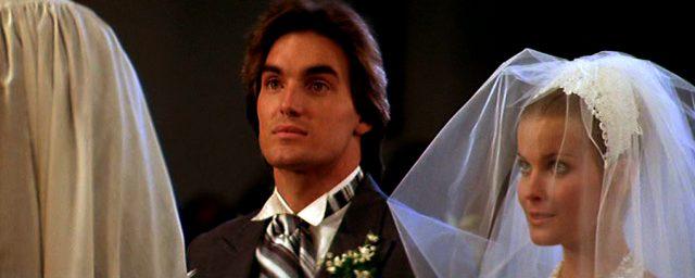 David (Sam Jones) und Jenny (Bo Derek) während ihrer Trauung in der Kirch