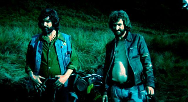 Kris Kristofferson und Donnie Fritts als zwei Biker auf einer Wiese