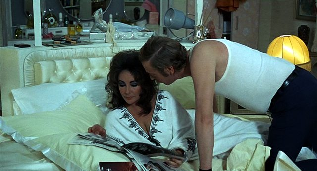 Elizabeth Taylor und Michael Caine als Ehepaar Blakeley auf dem Bett, Copyright: Columbia Pictures