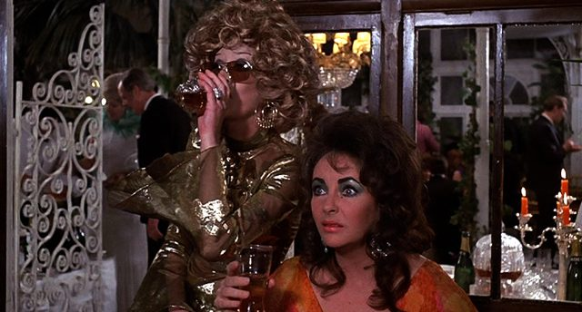 Gladys (Margaret Leighton) und Zee (Elizabeth Taylor) während einer Party, Copyright: Columbia Pictures