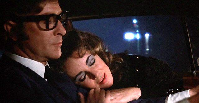 Robert und Zee Blakeley (Michael Caine und Elizabeth Taylor) im Auto, Copyright: Columbia Pictures