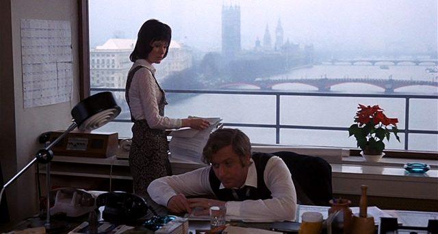 Robert Blakeley (Michael) an seinem Schreibtisch, hinter ihm steht seine Sekretärin Rita (Mary Larkin), Copyright: Columbia Pictures