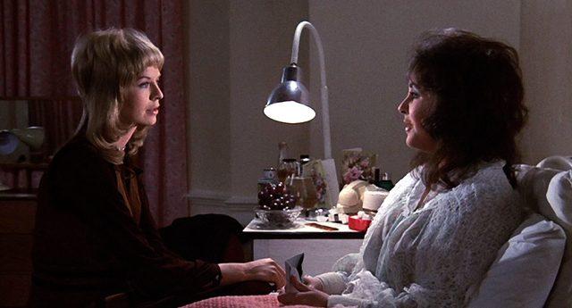 Stella (Susannah York) unterhält sich am Krankenhausbett mit Zee (Elizabeth Taylor), Copyright: Columbia Pictures