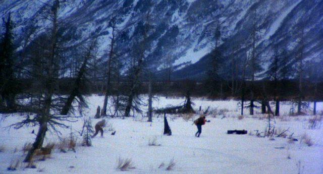 Manheim (Jon Voight) und McGeehy (Eric Roberts) durchqueren eine Schneelandschaft, Copyright: Cannon Films