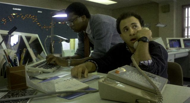 zwei IT-Techniker in der Schaltzentrale des Gleissystems