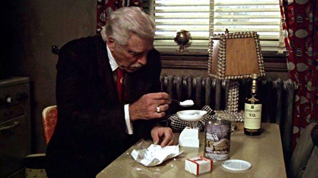 Lou (Burt Lancaster) streckt in seinem Appartement Kokain