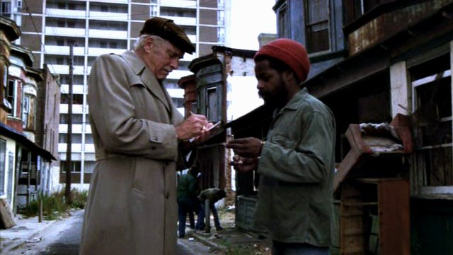 Lou (Burt Lancaster) unterschreibt einen Zettel