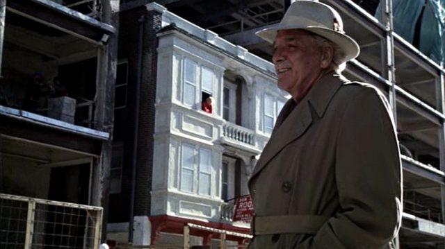 Lou (Burt Lancaster) in neuem Outfit auf einer Straße von Atlantic City, im Hintergrund ein von neuen Rohbauen umgebenes altes Gebäude