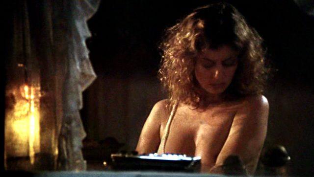 Sally (Susan Sarandon) steht abends am Fenster und wäscht sich