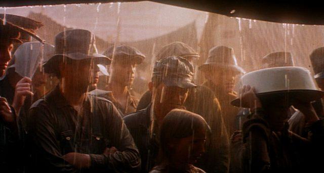 Arbeitslose vor einem Zelt im Regen
