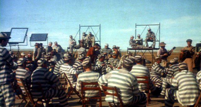 eine Gruppe Sträflinge im Freien