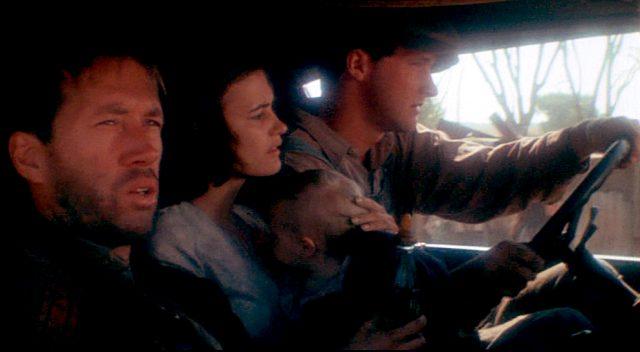 Woody Guthrie (David Carradine) als Mitfahrer einer Kleinfamilie in einem Truck; am Steuer sitzt Familienvater und Arbeitsmigrant Luther Johnson (Randy Quaid)