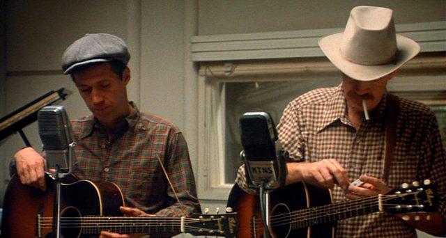 Woody Guthrie (David Carradine) und Ozark Blue (Ronny Cox) mit ihren Gitarren im Aufnahmestudio