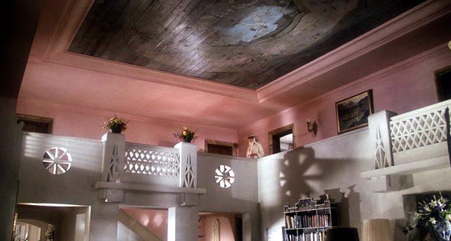 Fedora steht in der oberen Etage ihrer Villa