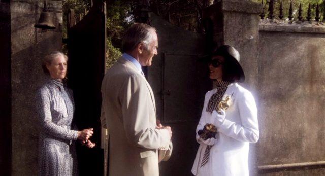 """der reale Henry Fonda übergibt auf der griechischen Insel den """"Oscar"""" an die fiktive Fedora (Marthe Keller); im Hintergrund steht deren Zofe Miss Balfour (Frances Sternhagen), Copyright: Bavaria Media"""