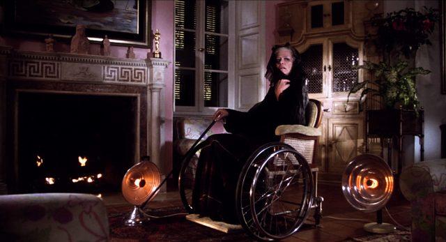 Hildegard Knef als Gräfin Sobryanski im Rollstuhl vor dem Kamin