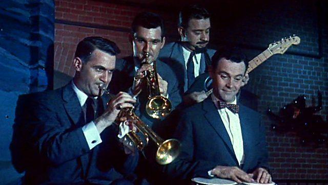 Musiker in einem Nachtclub; einer von ihnen ist Jack Lemmon als Nicky Holroyd
