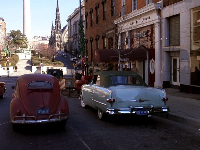 zwei Fahrzeuge auf einer Straße in Baltimore, Copyright: Turner Entertainment